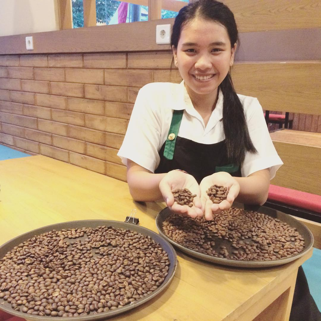 Sorting Coffee - Papilas Coffee House